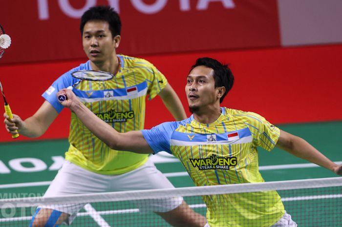 Pasangan ganda putra Indonesia, Mohammad Ahsan/Hendra Setiawan (kanan), pada pertandingan babak kedua Thailand Open I 2021 di Impact Arena, Bangkok, Thailand, 14 Januari 2021.