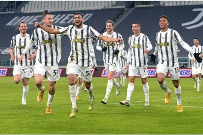 Hamza Rafia (depan) merayakan gol debutnya yang menjadi penentu kemenangan Juventus atas Genoa di 16 besar Coppa Italia
