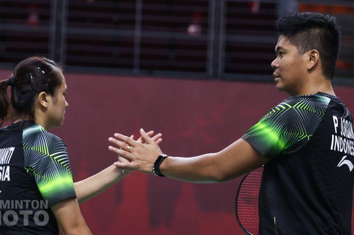 Pasangan ganda campuran Indonesia, Praveen Jordan/Melati Daeva Oktavianti, melakukan tos di sela pertandingan perempat final Thailand Open I 2021 di Impact Arena, Bangkok, Thailand, Jumat (15/1/2021).