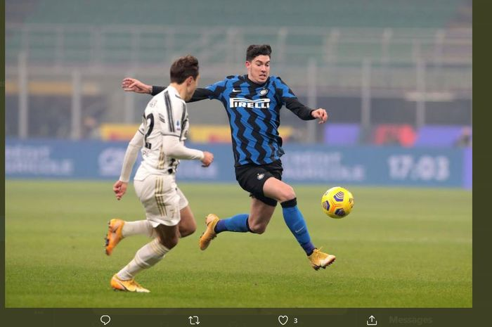 Bek Inter Milan, Alessandro Bastoni (kanan), beraksi dalam partai Liga Italia melawan Juventus di Giuseppe Meazza, 17 Januari 2021.