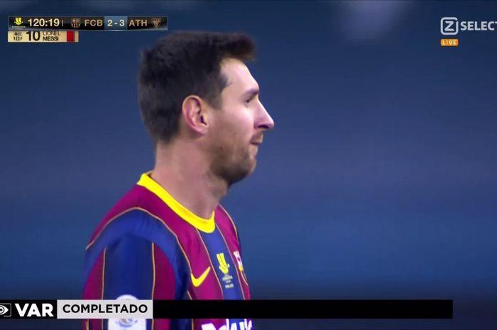 Megabintang Barcelona, Lionel Messi harus menerima kartu merah pertamanya bersama klub pada laga melawan Athletic Bilbao dalam laga final Piala Super Spanyol di Estadio de la Cartuja, Minggu (17/1/2021).