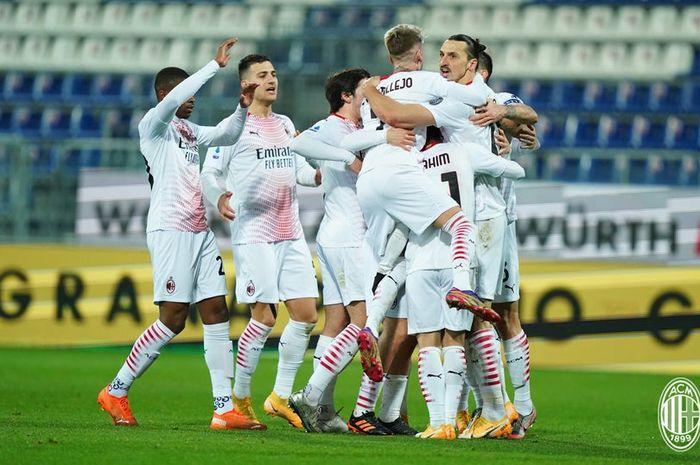 AC Milan tak terusik di puncak klasemen usai menyamai catatan 27 tahun lalu saat merajai kompetisi sepak bola Italia.