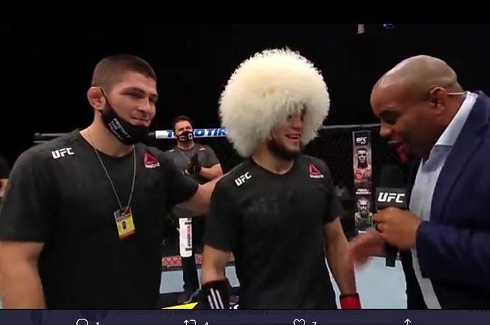 Khabib Nurmagomedov mendampingi saudara sepupunya, Umar Nurmagomedov, meraih kemenangan dalam laga debutnya di UFC, Rabu (20/1/2021).