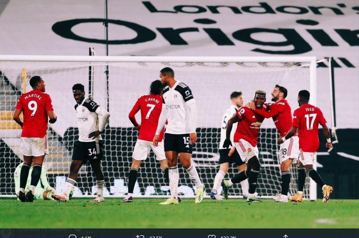 Momen Paul Pogba merayakan gol bersama rekan-rekan di Manchester United usai mencetak gol ke gawang Fulham pada laga tunda pekan ke-18 Liga Inggris 2020-2021.