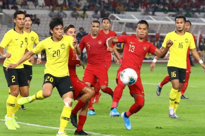 Pemain Timnas Indonesia Manahati Lestusen (no 13) berebut bola dengan pemain Timnas Malaysia pada kualifikasi Piala Dunia 2022 di Stadion Utama Gelora Bung Karno, Jakarta, Kamis (5/9/2019. Indonesia kalah 2-3.