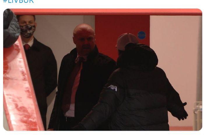 Sebuah insiden di akhir babak pertama melibatkan para pemain Liverpool dan Burnley diikuti kemarahan Juergen Klopp yang mengejar Sean Dyche hingga lorong.