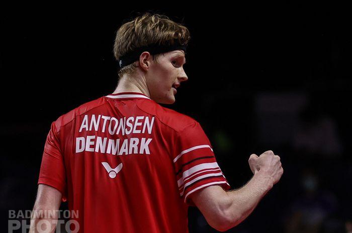 Pemain tunggal putra Denmark, Anders Antonsen, melakukan selebrasi pada pertandingan perempat final Thailand Open II 2021 di Impact Arena, Bangkok, Thailand, Jumat (22/1/2021).