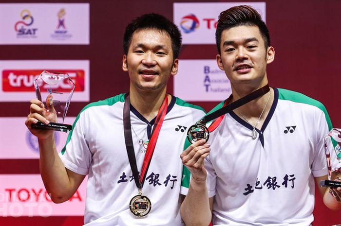 Pasangan ganda putra Taiwan, Lee Yang/Wang Chi-Lin, berpose dengan medali emas serta plakat juara Thailand Open II 2021 di Impact Arena, Bangkok, Thailand, Minggu (24/1/2021).