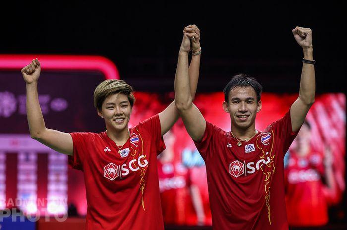 Pasangan ganda campuran Thailand, Dechapol Puavaranukroh/Sapsiree Taerattanachai, melakukan selebrasi setelah memastikan diri keluar sebagai juara Thailand Open II 2021 di Impact Arena, Bangkok, Thailand, Minggu (24/1/2021).