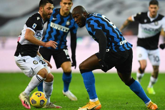 Momen perebutan bola antara Romelu Lukaku dan satu pemain Udinese pada laga pekan ke-19 Liga Italia 2020-2021.