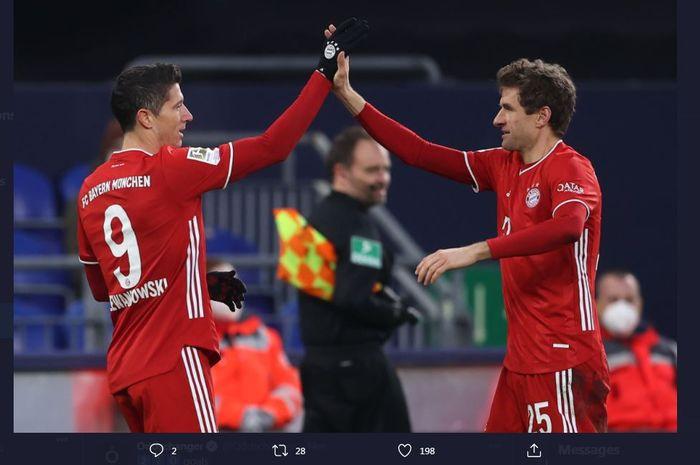 Robert Lewandowski dan Thomas Mueller mencetak gol Bayern Muenchen ke gawang Schalke dalam lanjutan Bundesliga, 24 Januari 2021.