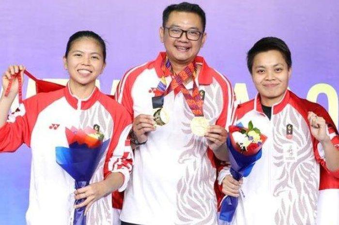 Coach Eng Hian bersama Greysia/Apriyani dalam turnamen beberapa tahun yang lalu.