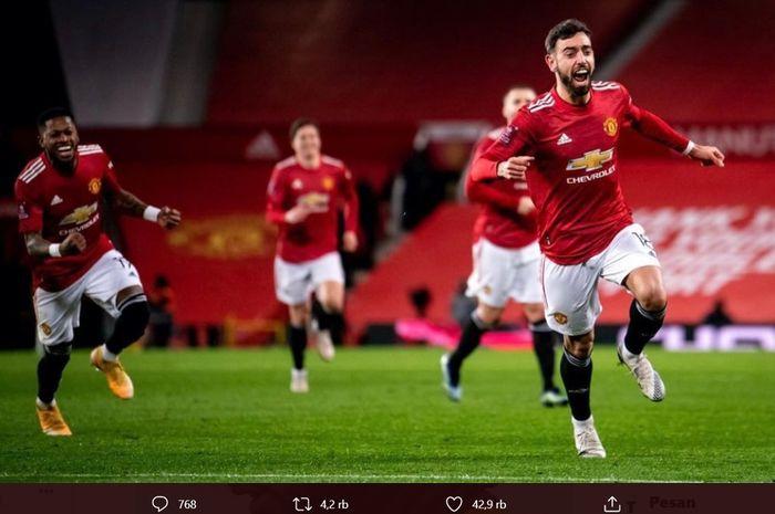 Gelandang Manchester United Bruno Fernandes (kanan) selebrasi gol ke gawang Liverpool dalam putaran keempat Piala FA di Stadion Old Trafford, Senin (25/1/2021) dini hari WIB. Gol itu tercipta berkat bisikan keramat Edinson Cavani.