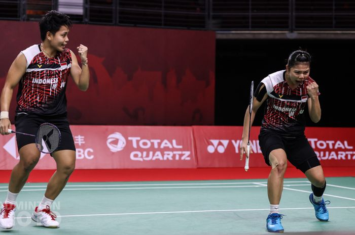 Selebrasi pasangan ganda putri Indonesia, Greysia Polii/Apriyani Rahayu, pada partai pertama penyisihan grup BWF World Tour Finals 2020 di Impact Arena, Bangkok, Thailand, 27 Januari 2021.