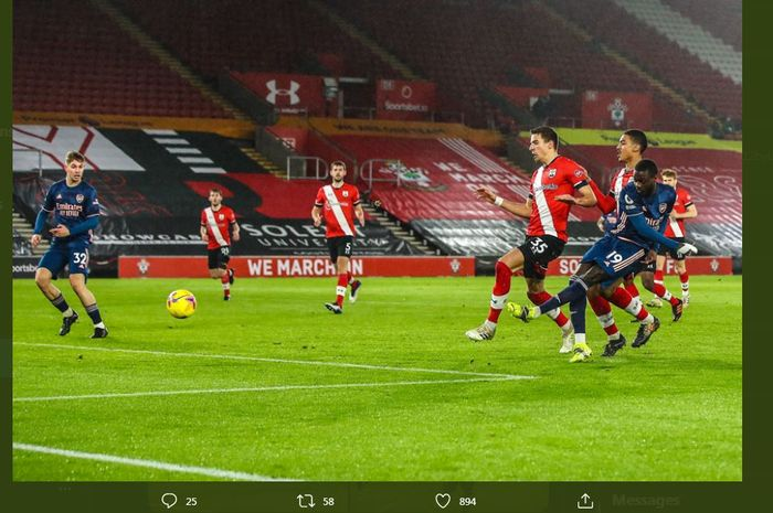 Nicolas Pepe menembakkan bola ke gawang dalam partai Liga Inggris Southampton vs Arsenal di St Mary's, 26 Januari 2021.