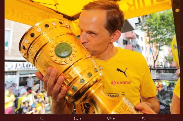 Thomas Tuchel mencium trofi juara DFB Pokal saat melatih Borussia Dortmund.