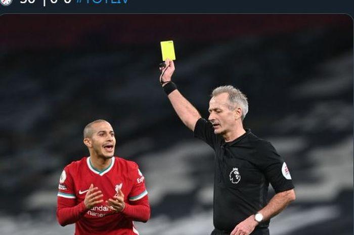 Thiago Alcantara menerima kartu kuning dalam partai Tottenham vs Liverpool di Liga Inggris, 28 Januari 2021.
