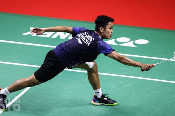 Aksi pebulu tangkis tunggal putra Indonesia, Anthony Sinisuka Ginting, pada babak penyisihan grup BWF World Tour Finals 2020 di Impact Arena, Bangkok, Thailand, 29 Januari 2021.