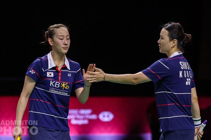 Pasangan ganda putri Korea Selatan, Lee So-hee/Shin Seung-chan, melakukan tos setelah memenangi poin pada pertandingan melawan Chow Mei Kuan/Lee Meng Yean (Malaysia) pada semifinal BWF World Tour Finals 2020 di Impact Arena, Bangkok, Thailand, Sabtu (30/1/2021).