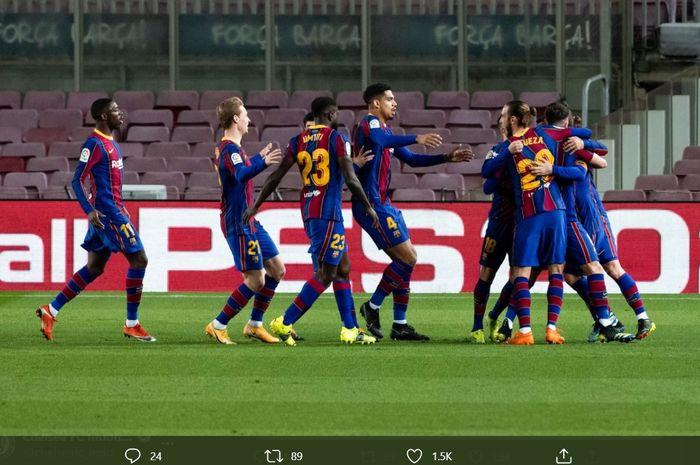 Para pemain Barcelona merayakan gol yang dicetak oleh Antoine Griezmann ke gawang Athletic Bilbao pada menit ke-74 dengan berlari ke arah tiang sepak pojok.