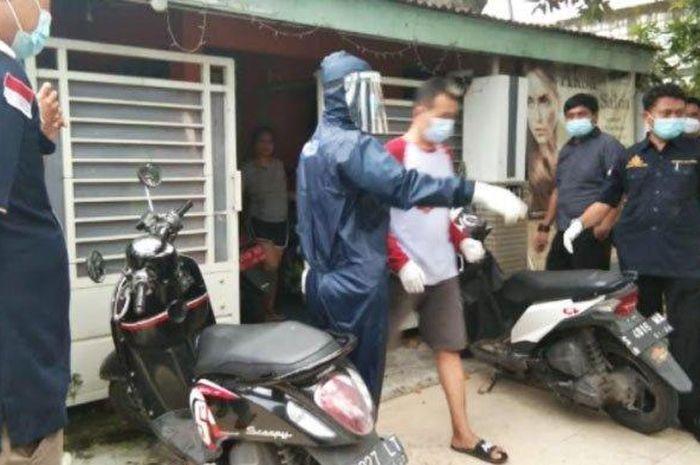 Cowok Pengedar Sabu Ditangkap Polisi, Ngaku Positif Covid-19 Aparat Auto Mundur Ganti APD Dulu!