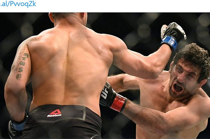 Petarung kelas ringan, Beneil Dariush (kanan), saat menghadapi Drakkar Klose pada UFC 248 di Nevada, AS, 7 Maret 2020.