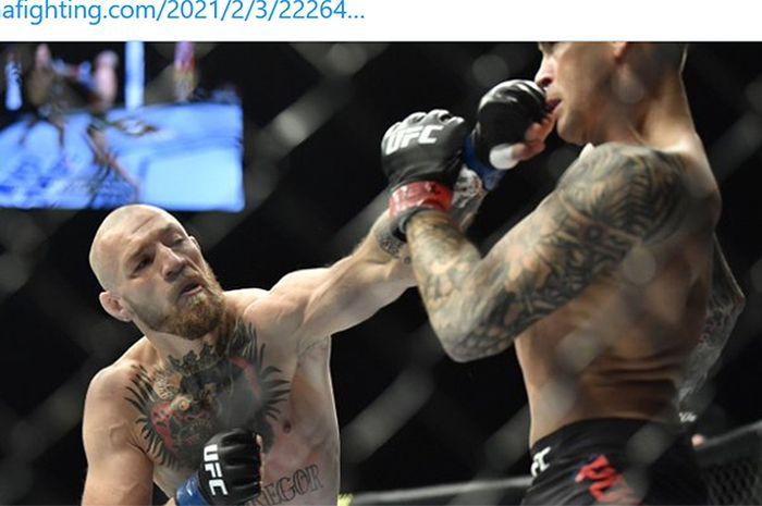 Aksi petarung kelas ringan, Conor McGregor (kiri), saat menghadapi Dustin Poirier pada UFC 257 di Etihad Arena, Abu Dhabi, UEA, 24 Januari 2021.