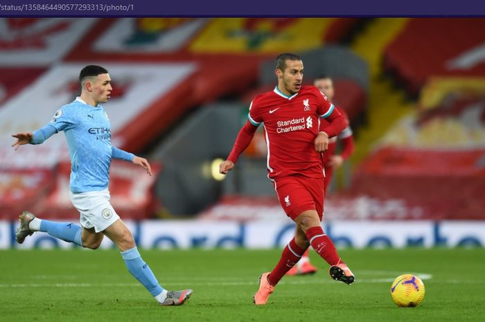 Gelandang Liverpool, Thiago (kanan), menendang bola saat melawan Manchester City dalam laga pekan ke-23 Liga Inggris 2020-2021, Minggu (7/2/2021) pukul 23.30 WIB, di Stadion Anfield