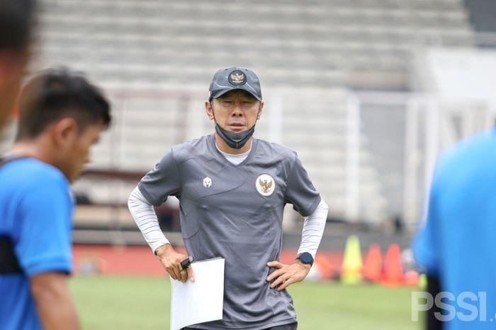 Pelatih timnas Indonesia, Shin Tae-yong, saat memimpin latihan timnas U-22 Indonesia, di Stadion Madya, Jakarta, Selasa (9/2/2021).