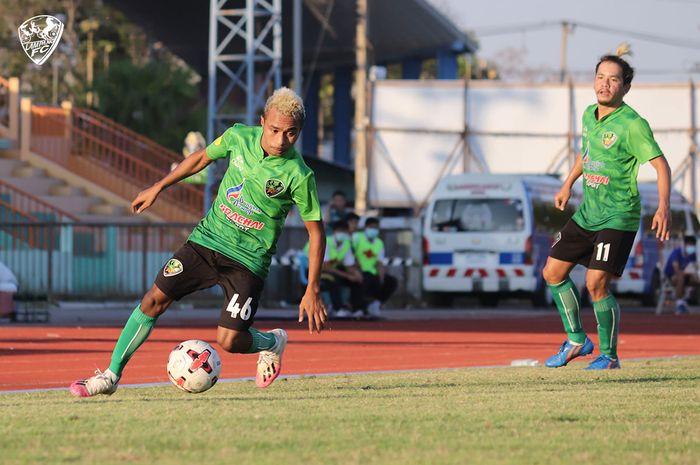 Aksi Todd Ferre dalam laga Lampang FC versus Navy FC di Lampang Provincial Stadium, Rabu (10/2/2021).