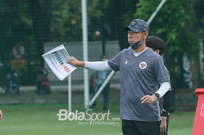 Pelatih timnas U-22 Indonesia, Shin Tae-yong, sedang memberikan arahan kepada skuatnya di Lapangan D, Senayan, Jakarta, 10 Februari 2021