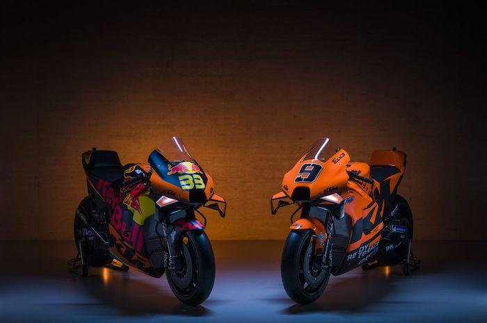 Penampakan motor KTM RC16 dari tim Red Bull KTM Factory (kiri) dan Tech3 KTM Factory (kanan) pada MotoGP 2021.