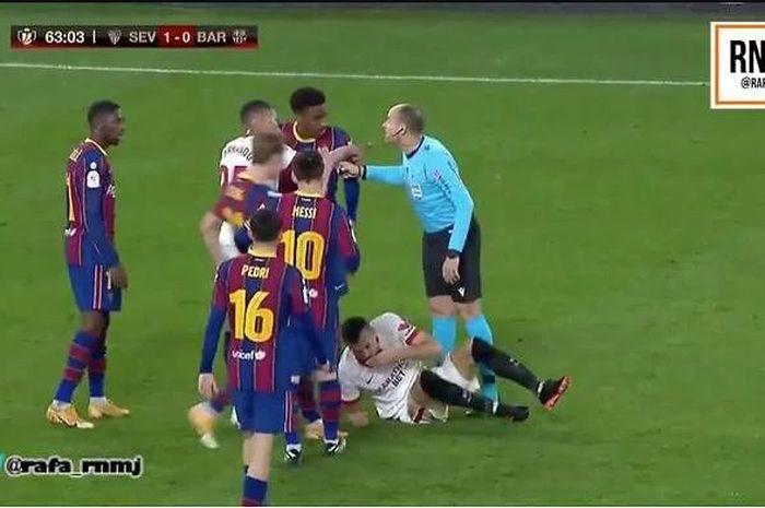 Megabintang Barcelona, Lionel Messi, terlibat insiden dengan pemain Sevilla pada leg pertama semifinal Copa del Rey, Kamis (11/2/2021) dini hari WIB.