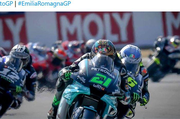 Pembalap Petronas Yamaha SRT, Franco Morbidelli, memimpin jalannya balapan diikuti Valentino Rossi pada seri MotoGP San Marino di Sirkuit Misano, Italia, 13 September.