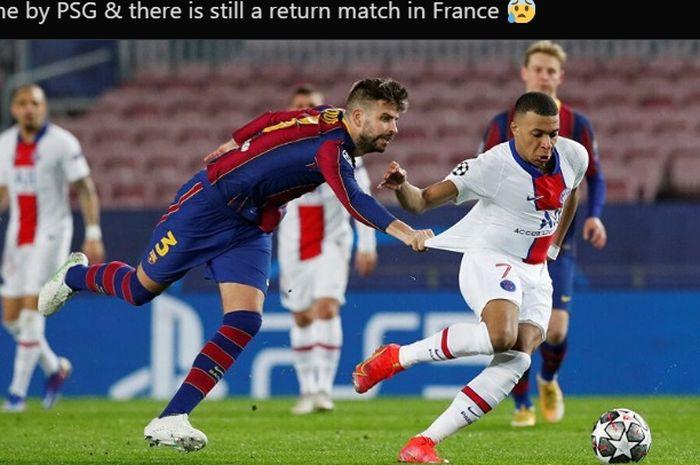 Momen Gerard Pique menarik kaos Kylian Mbappe ketika Barcelona bersua Paris Saint-Germain pada leg pertama babak 16 besar Liga Champions 2020-2021.