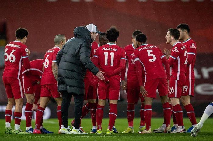 Klopp pelatih Liverpool memberikan instruksi kepada anak asuhnya