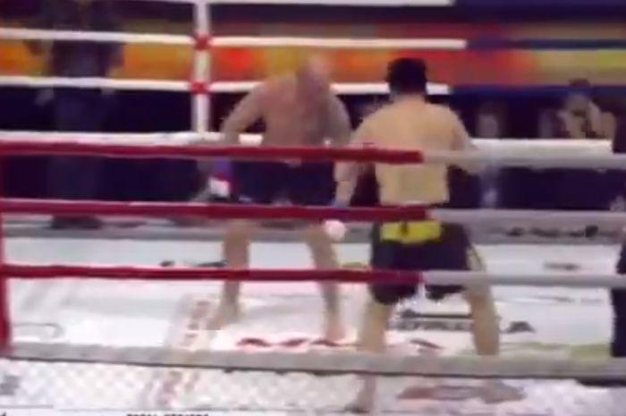 Momen pertarungan Evgeniy Poskotin (kepala plontos) melawan Nurel Amanov dalam MMA Series 26 (20/2/2021).