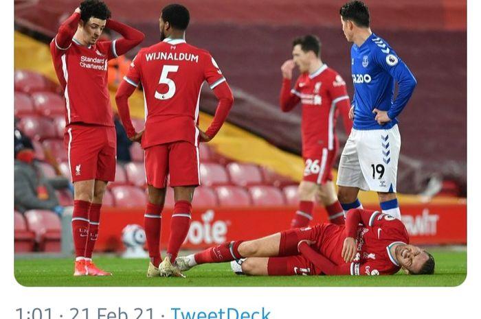 Kapten Liverpool, Jordan Henderson, nampak kesakitan dalam laga melawan Everton, Sabtu (20/2/2021).
