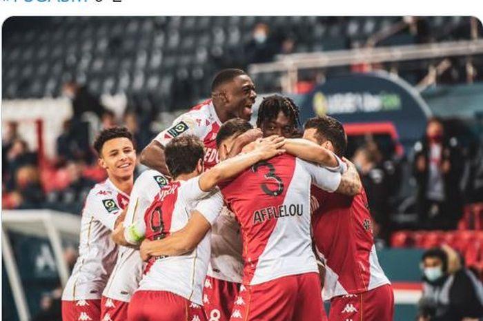 Para pemain AS Monaco merayakan gol ke gawang Paris Saint-Germain pada pekan ke-26 Liga Prancis 2020-2021, Minggu (21/2/2021).