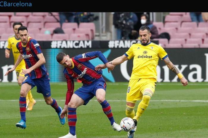 Clement Lenglet melakukan pelanggaran di dalam kotak penalti yang berbuah hukuman penalti bagi Barcelona sehingga laga berakhir imbang 1-1 melawan Cadiz.