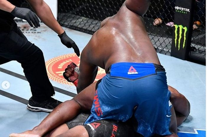 Momen Derrick Lewis melakukan pukulan tambahan pada Khabib raksasa, Curtis Balydes pada UFC Vegas 19.