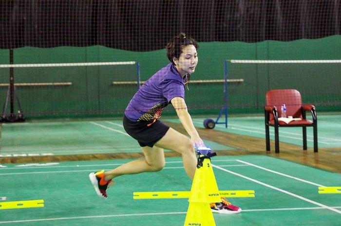 Pemain ganda campuran Indonesia, Gloria Emanuelle Widjaja saat latihan di Pelatnas Cipayung, Jakarta Timur, Selasa (23/2/2021).