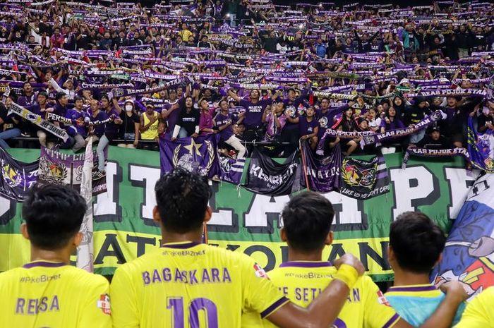 Pemain Persik kediri bernyanyi bersama suporter seusai menahan imbang Persebaya Surabaya pada laga perdana Liga 1 2020 yang berakhir dengan skor 1-1 di Stadion Gelora Bung Tomo Surabaya, Jawa Timur, Sabtu (29/02/2020) malam.