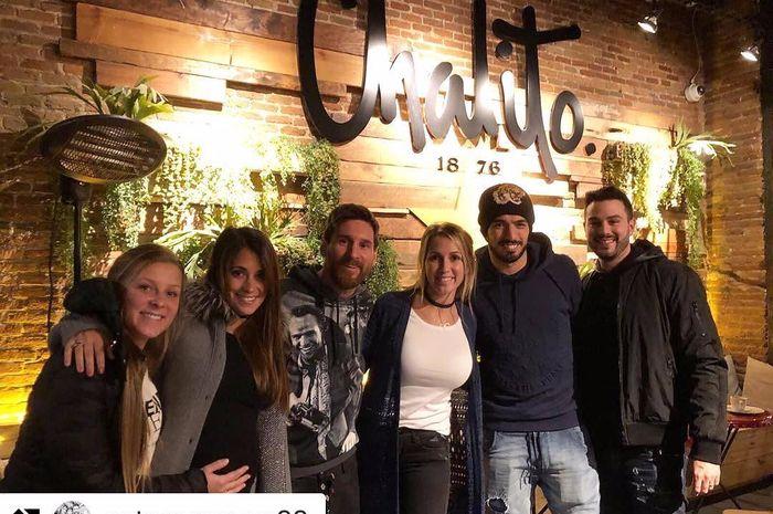LIonel Messi bersama Luis Suarez berada di restoran Chalito milik Suarez di Barcelona.