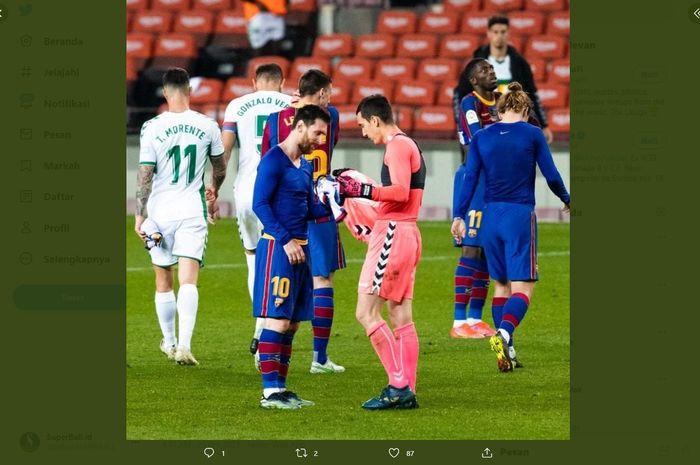 Momen ketika kapten barcelona, Lionel Messi, mengajak kiper Elche, Edgar Badia, bertukar jersey setelah laga tunda pekan pertama Liga Spanyol 2020/2021 pada Kamis (25/2/2021) di Stadion Camp Nou, Barcelona.