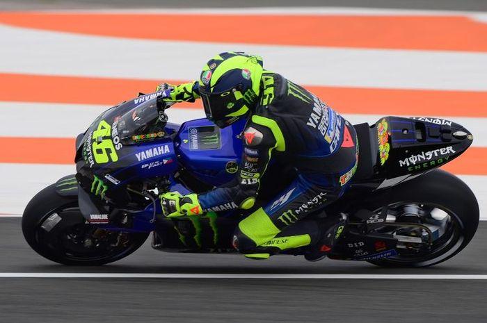 Valentino Rossi saat berlaga di MotoGP Valencia. (Photo by LLUIS GENE / AFP)(LLUIS GENE)