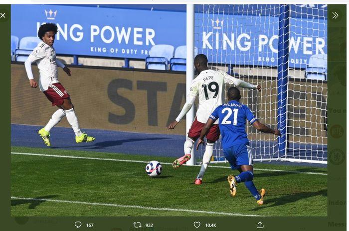 Nicolas Pepe ketika mencetak gol yang menyempurnakan kemenangan Arsenal atas Leicester City, Minggu (28/2/2021) malam WIB.