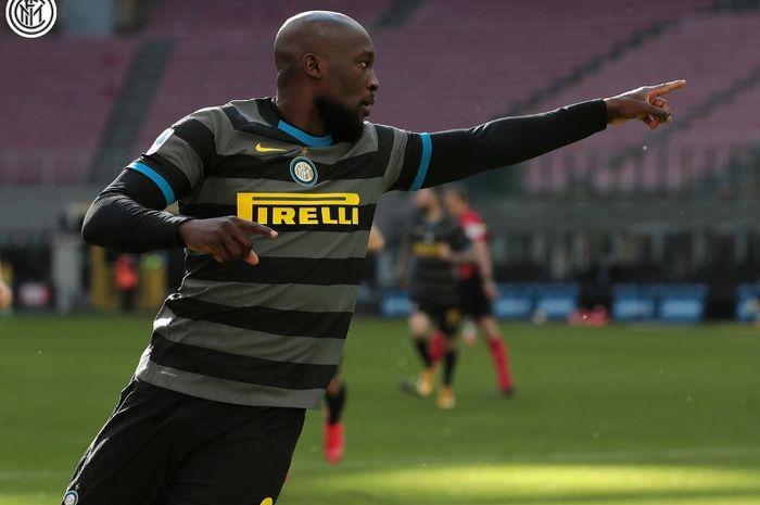 Striker Inter Milan, Romelu Lukaku, melakukan selebrasi seusai menjebol gawang Genoa, Minggu (28/2/2021).