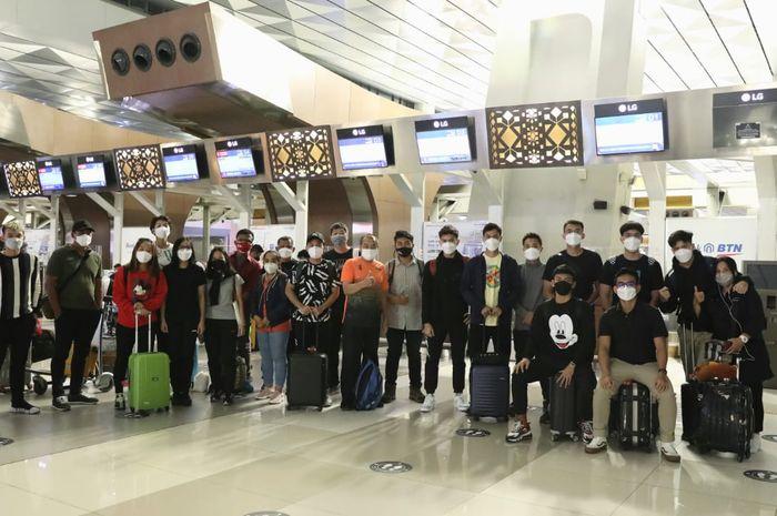 Tim bulu tangkis nasional Indonesia berpose di Bandara Internasional Soekarno-Hatta, Cengkareng, Banten, sebelum bertolak ke Swiss pada Sabtu (27/2/2021) malam WIB.