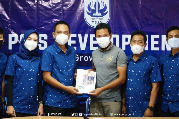CEO PSIS Semarang, Yoyok Sukawi (tiga dari kiri), bersama stafnya dalam peluncuran PSIS Development di Stadion Citarum, Semarang, Senin (1/3/2021).